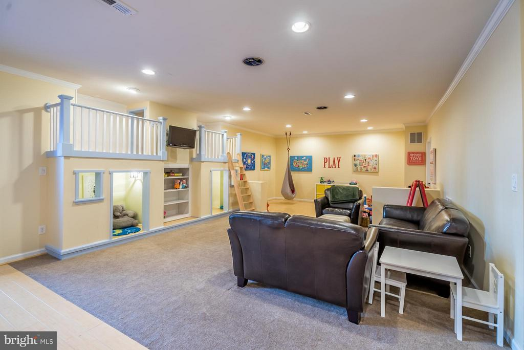 Spacious Rec Room with Kids Playhouse - 42960 THORNBLADE CIR, BROADLANDS