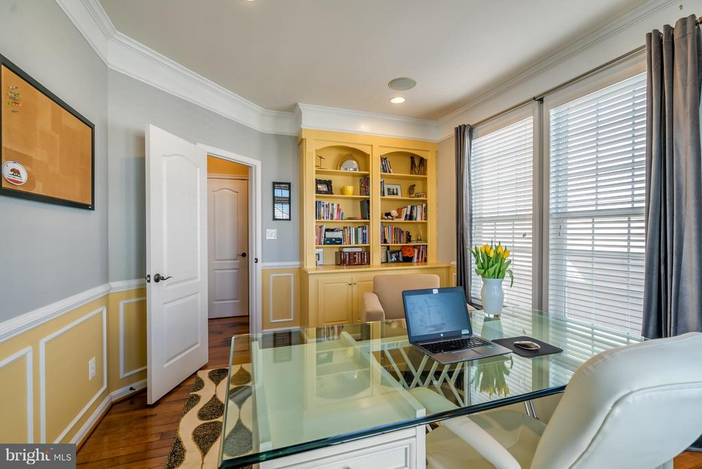 Library with Built-in Shelving - 42960 THORNBLADE CIR, BROADLANDS