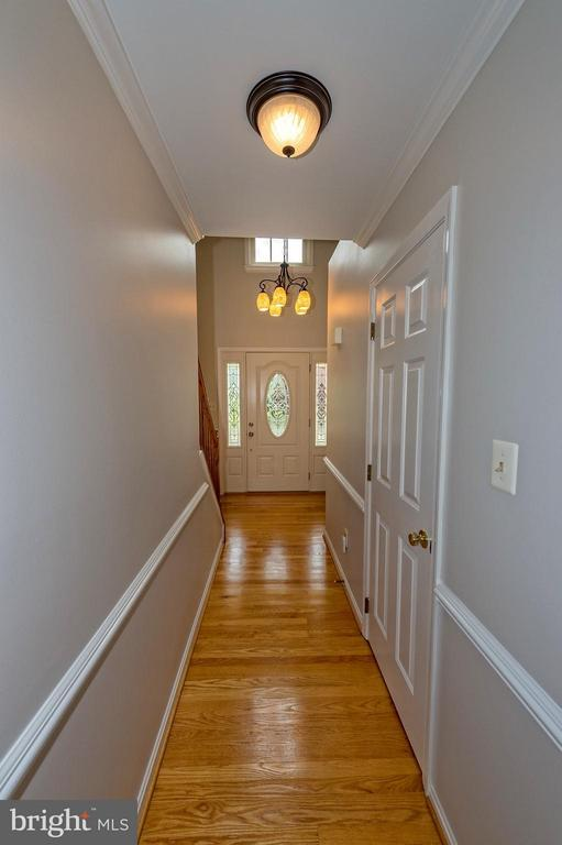 Front hall leading to foyer and powder room. - 43337 WAYSIDE CIR, ASHBURN
