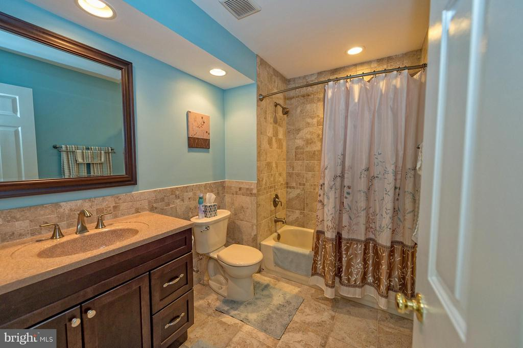 Update hallway bathroom. - 43337 WAYSIDE CIR, ASHBURN