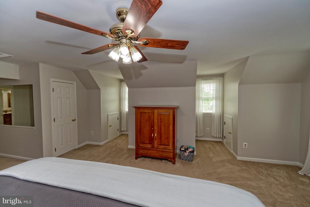 Plenty of light and room for large bedroom pieces. - 43337 WAYSIDE CIR, ASHBURN