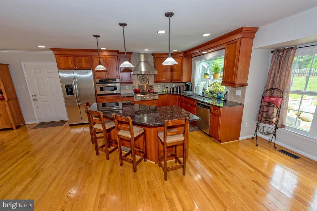 Angled island provides so much space. - 43337 WAYSIDE CIR, ASHBURN
