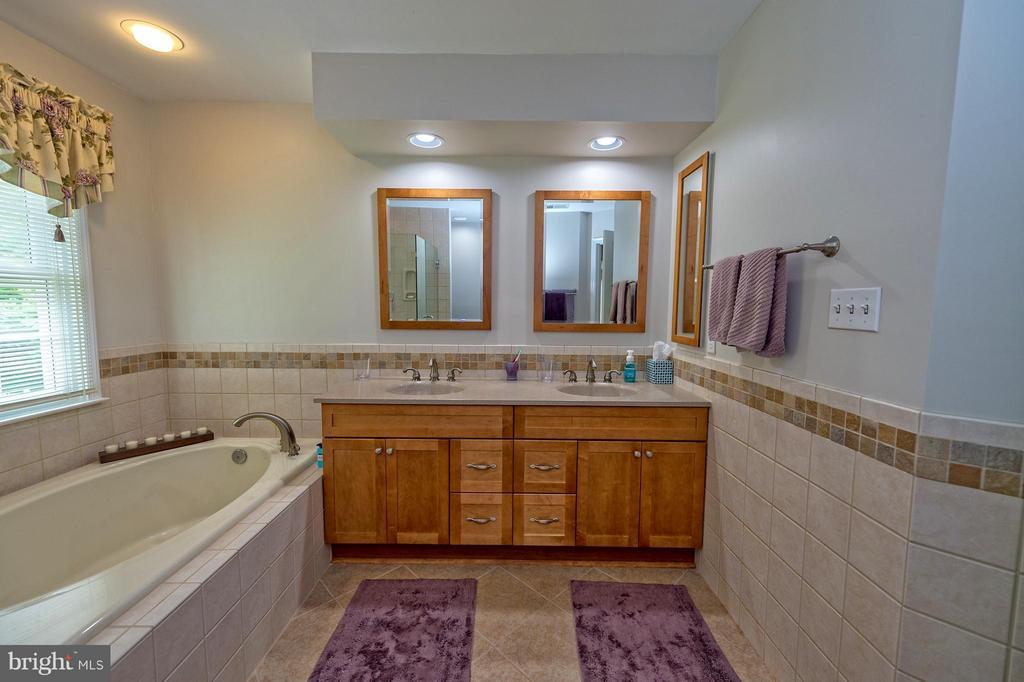 5 piece master bath featuring a garden tub. - 43337 WAYSIDE CIR, ASHBURN