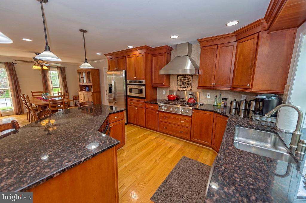 Gourmet cook's dream! 6 burners and convect bake. - 43337 WAYSIDE CIR, ASHBURN