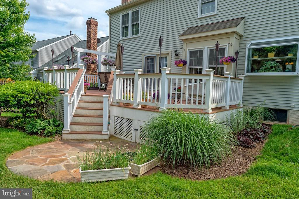 Lovely landscaping around updated deck. - 43337 WAYSIDE CIR, ASHBURN