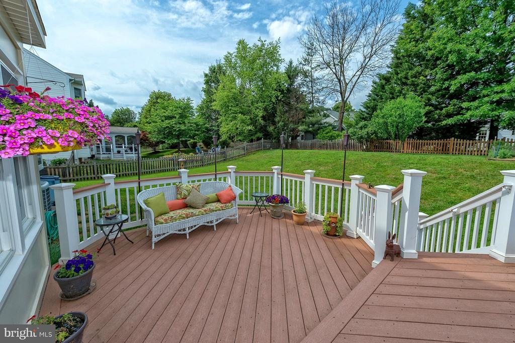 Trex-like decking. - 43337 WAYSIDE CIR, ASHBURN