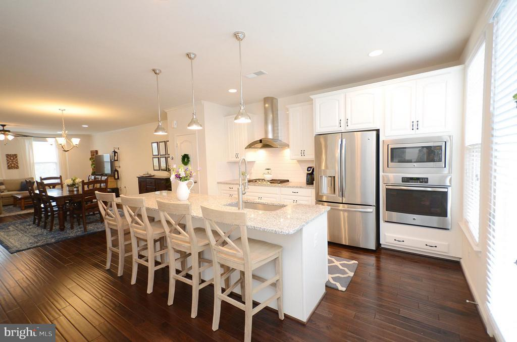 Beautiful Upgraded Kitchen Cabinets - 42416 BENFOLD SQ, ASHBURN