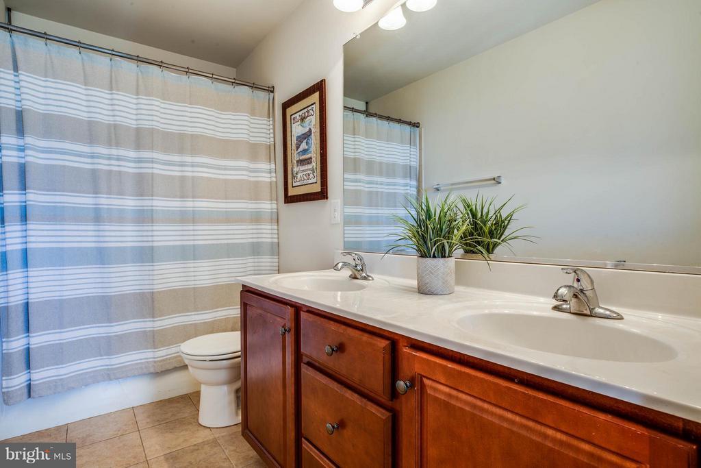 Upstairs Full Hall Bathroom - 4 WIZARD CT, STAFFORD