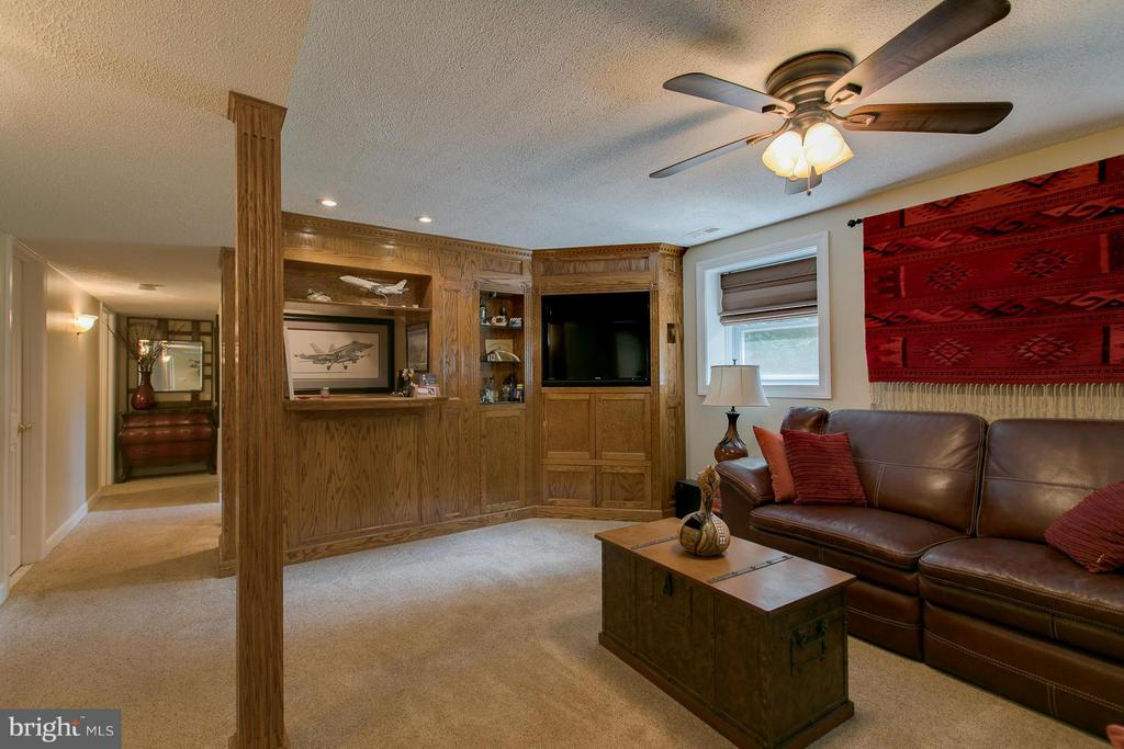 Bar and TV Entertainment Area - 9 CLOVER HILL DR, STAFFORD