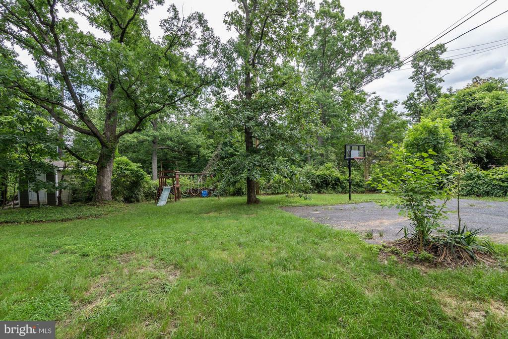 Lots of room to play + plentiful parking - 3403 CHEVERLY AVE, CHEVERLY