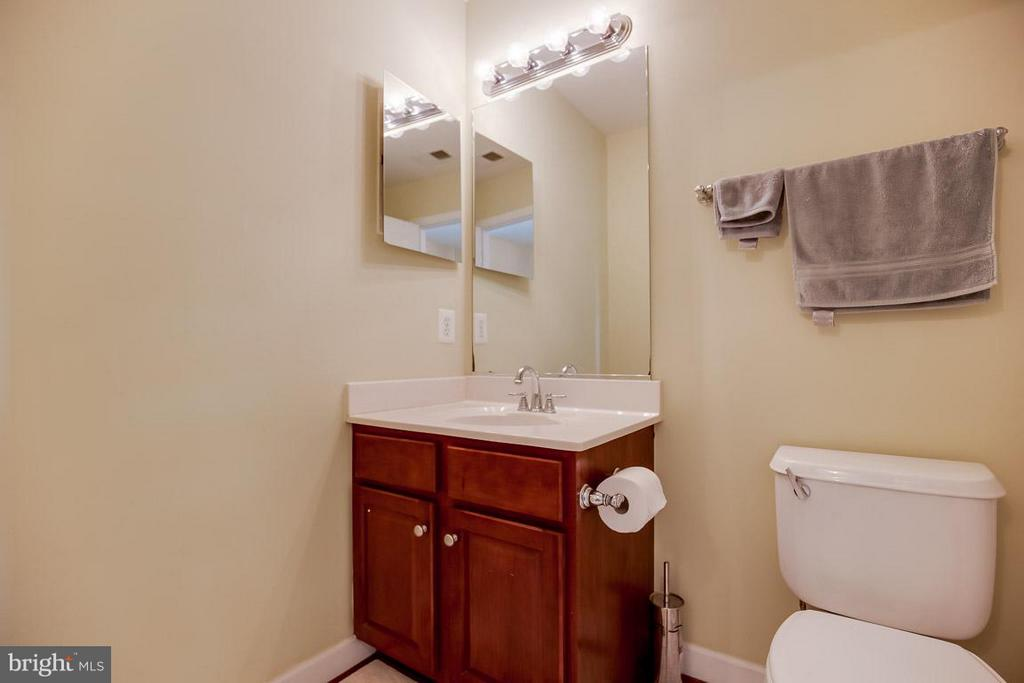Upstairs full bath - 231 HAWKS VIEW SQ SE, LEESBURG