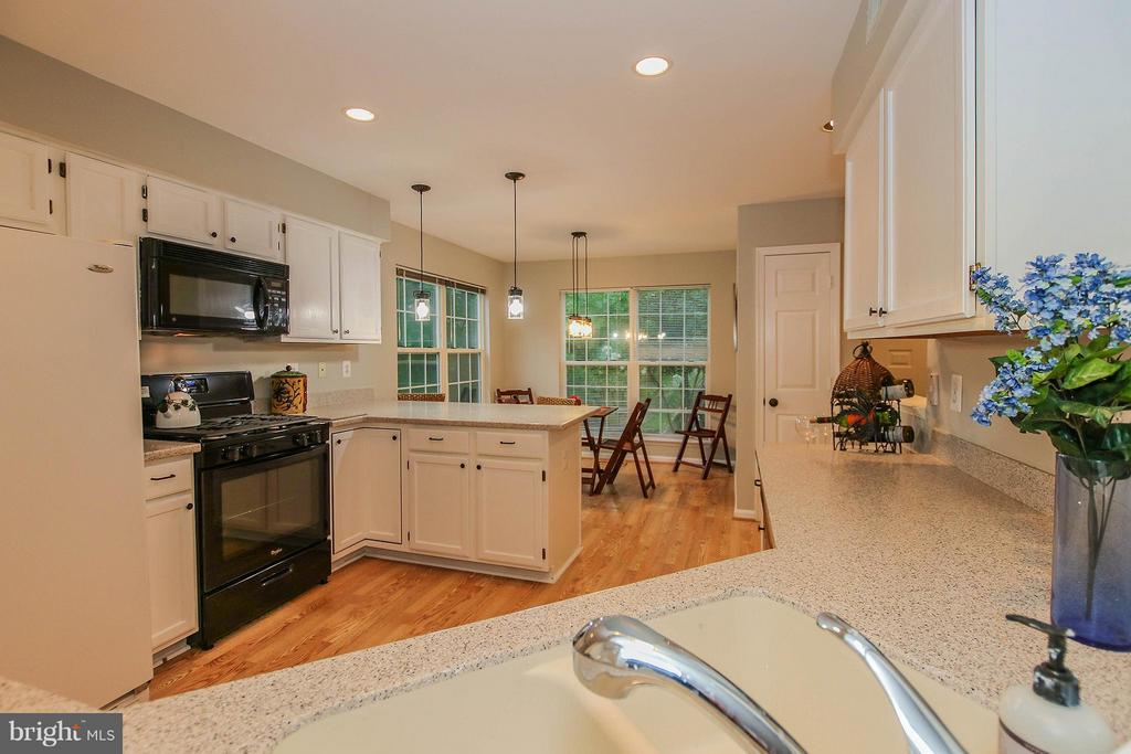 Spacious kitchen boasts Corian counters - 43201 RIBBONCREST TER, ASHBURN