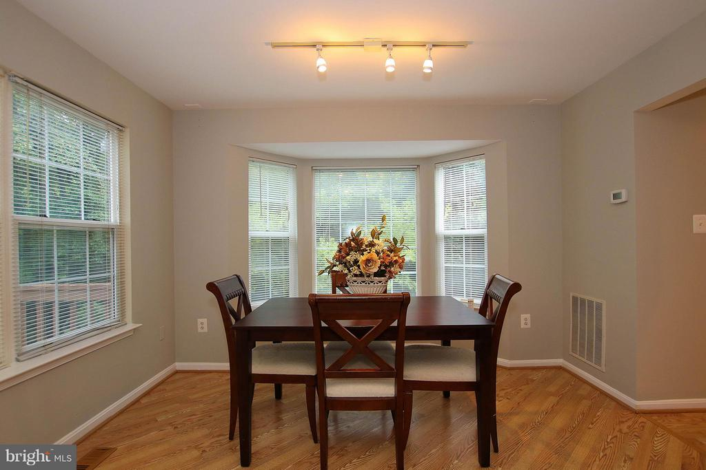 Gleaming hardwood flooring & bay window - 43201 RIBBONCREST TER, ASHBURN
