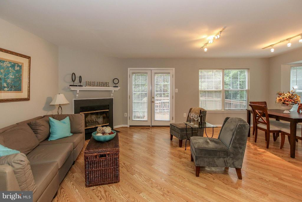 Bright living space with woodburning fpl - 43201 RIBBONCREST TER, ASHBURN