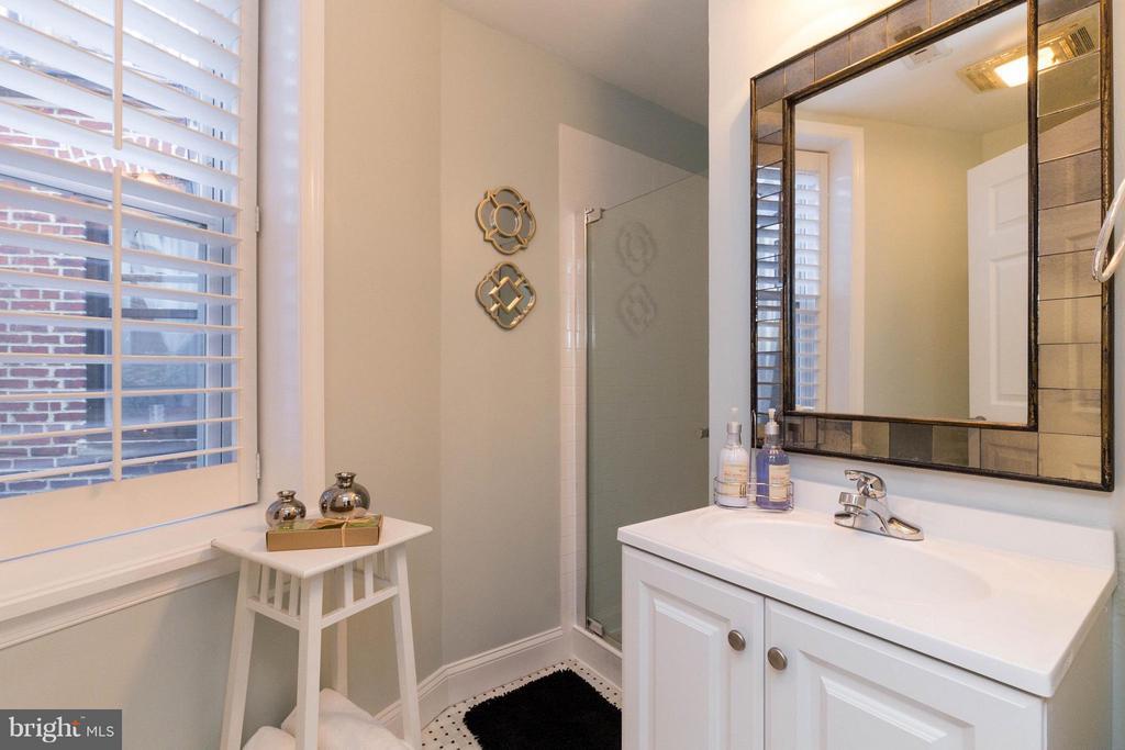 First level full bath - 223 FLORIDA AVE NW #4, WASHINGTON