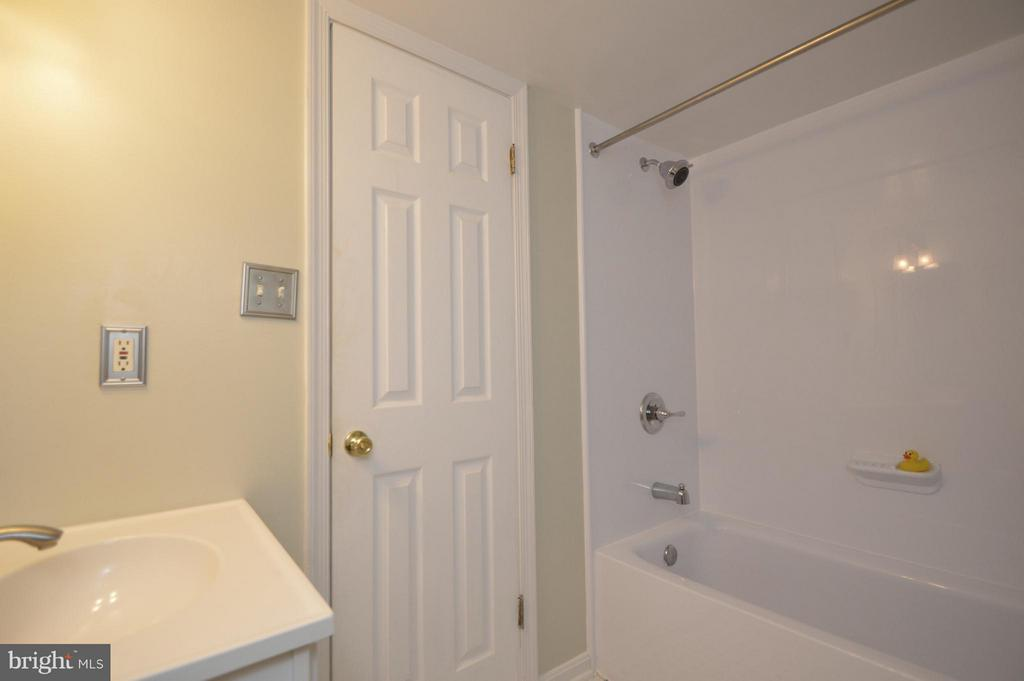 Hall bath with new tub - 9156 BROKEN OAK PL #81A, BURKE