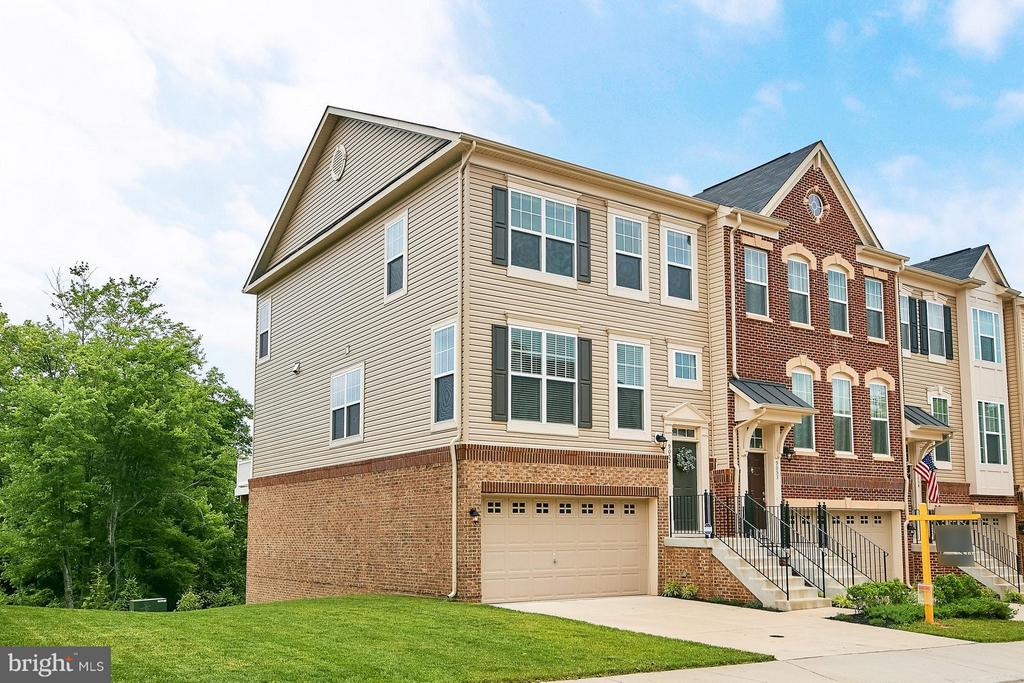 Gorgeous End Unit with 2 car garage - 9052 ISABEL LN, MANASSAS PARK