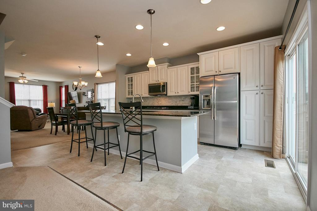 Center island with pendant lights - 9052 ISABEL LN, MANASSAS PARK
