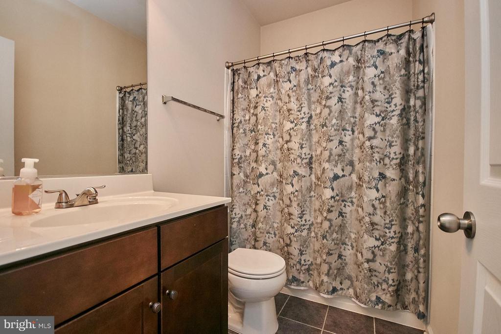 Upper hallway bathroom - 9052 ISABEL LN, MANASSAS PARK