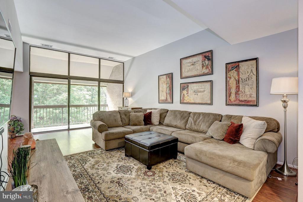 Gorgeous living room - 1675 PARKCREST CIR #400, RESTON