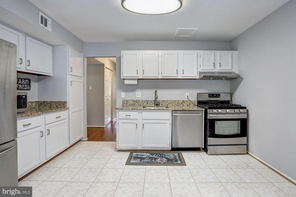 Large kitchen - 1675 PARKCREST CIR #400, RESTON