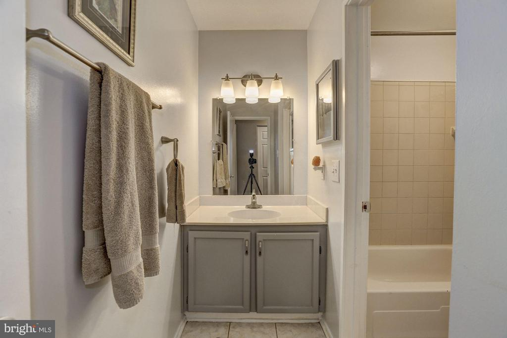 Bathroom - 1675 PARKCREST CIR #400, RESTON