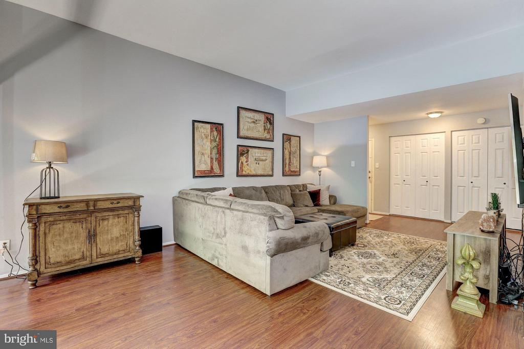 Spacious living area - 1675 PARKCREST CIR #400, RESTON