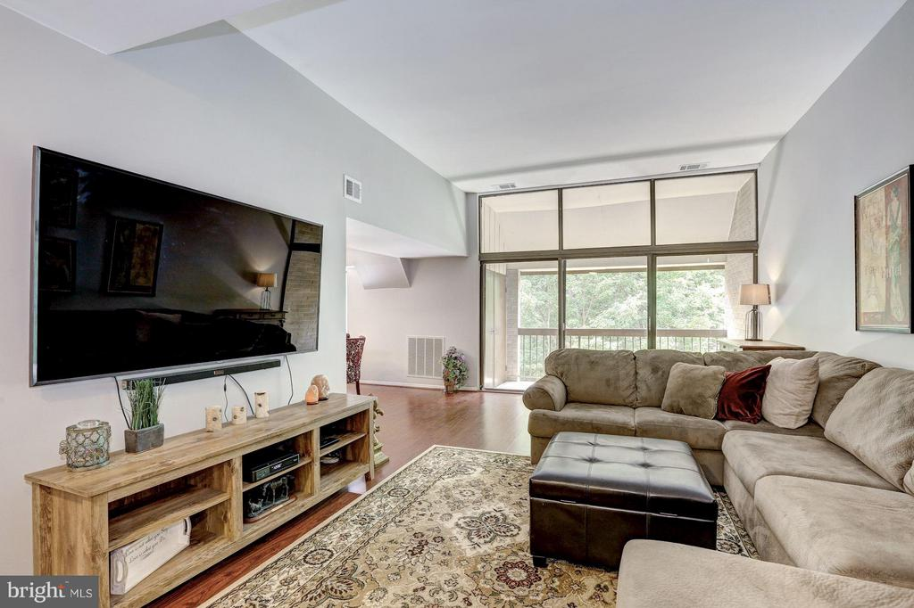 Living room leads out to the balcony - 1675 PARKCREST CIR #400, RESTON