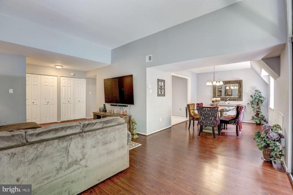 Almost 1,200 square feet! - 1675 PARKCREST CIR #400, RESTON