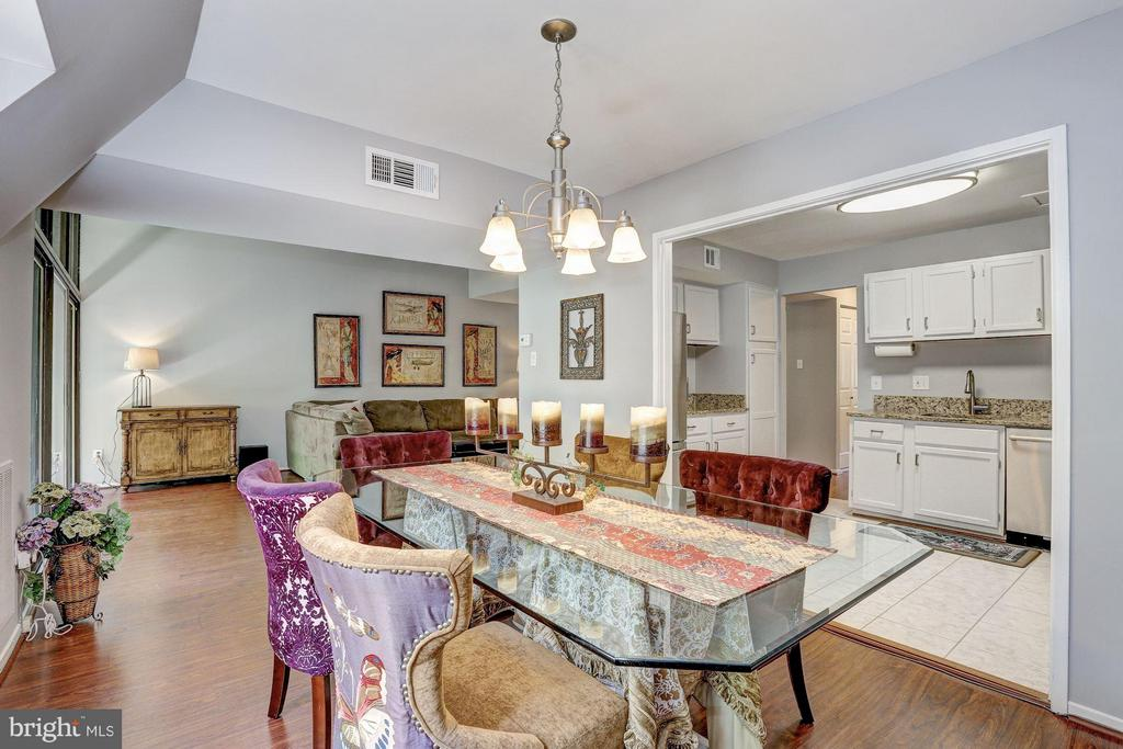 Dining room leads into the kitchen - 1675 PARKCREST CIR #400, RESTON