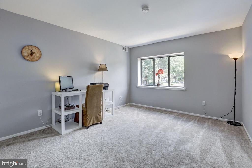Large second bedroom - 1675 PARKCREST CIR #400, RESTON
