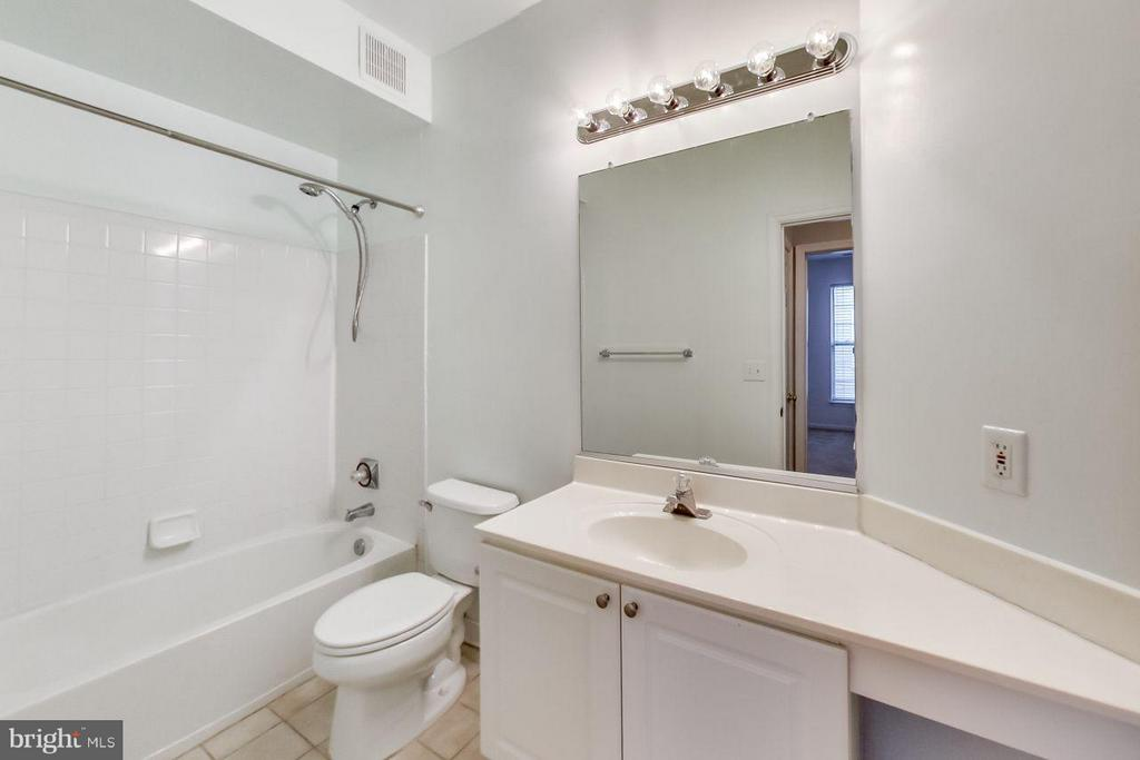 Spacious second bath - 5940 FOUNDERS HILL DR #103, ALEXANDRIA