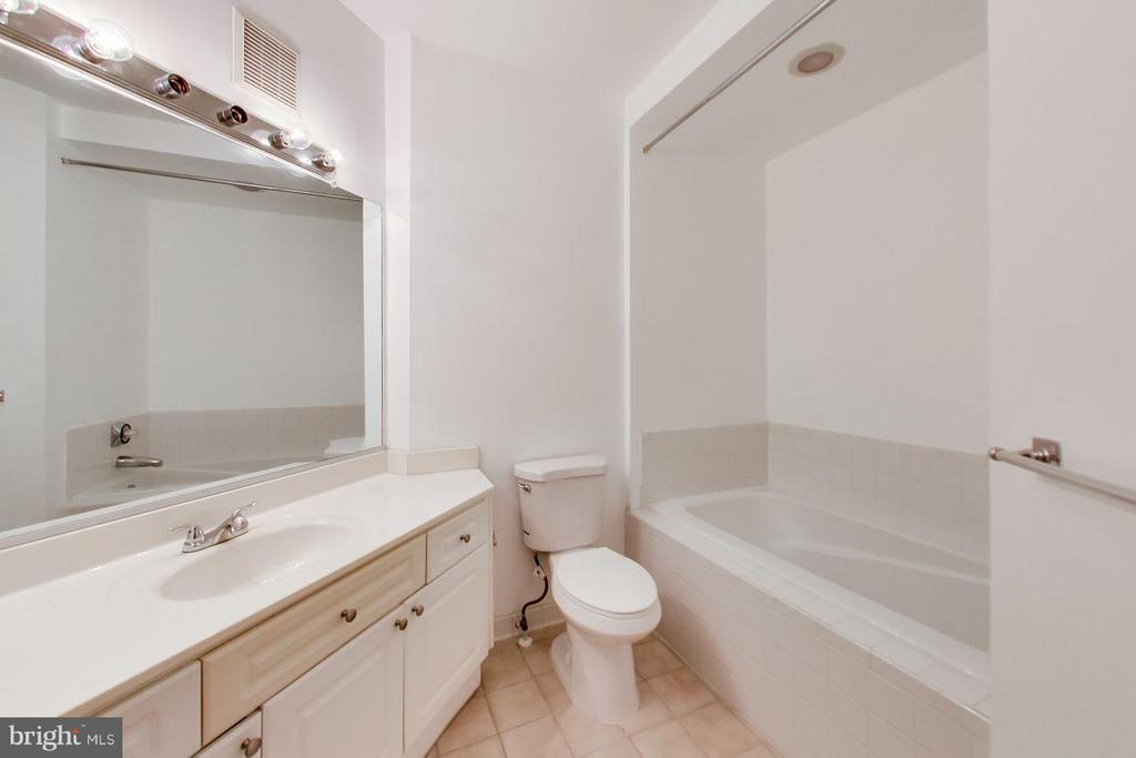 Master bath with separate tub and shower - 5940 FOUNDERS HILL DR #103, ALEXANDRIA