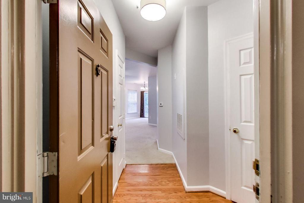 Hardwood entryway - 5940 FOUNDERS HILL DR #103, ALEXANDRIA