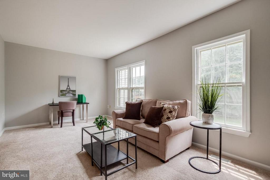 Large living area with space for desk or shelves - 11922 GLEN ALDEN RD, FAIRFAX