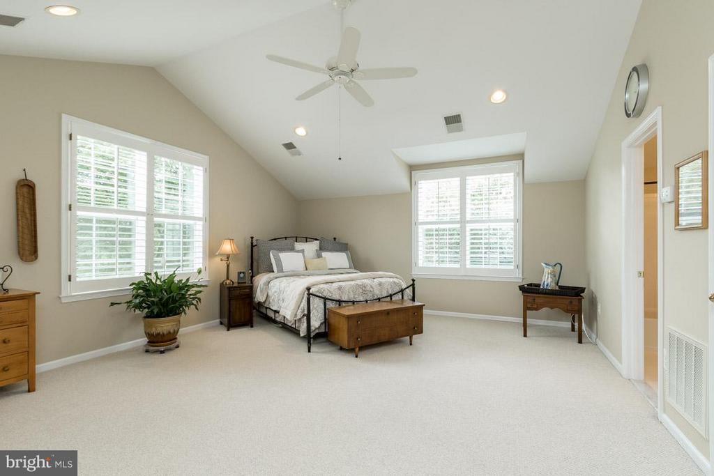 Huge Light Filled Bedroom 2 with Private Bath - 43416 WESTCHESTER SQ, LEESBURG