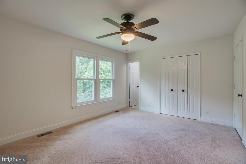 Spacious master bedroom - 9 HAVEN CT, STAFFORD
