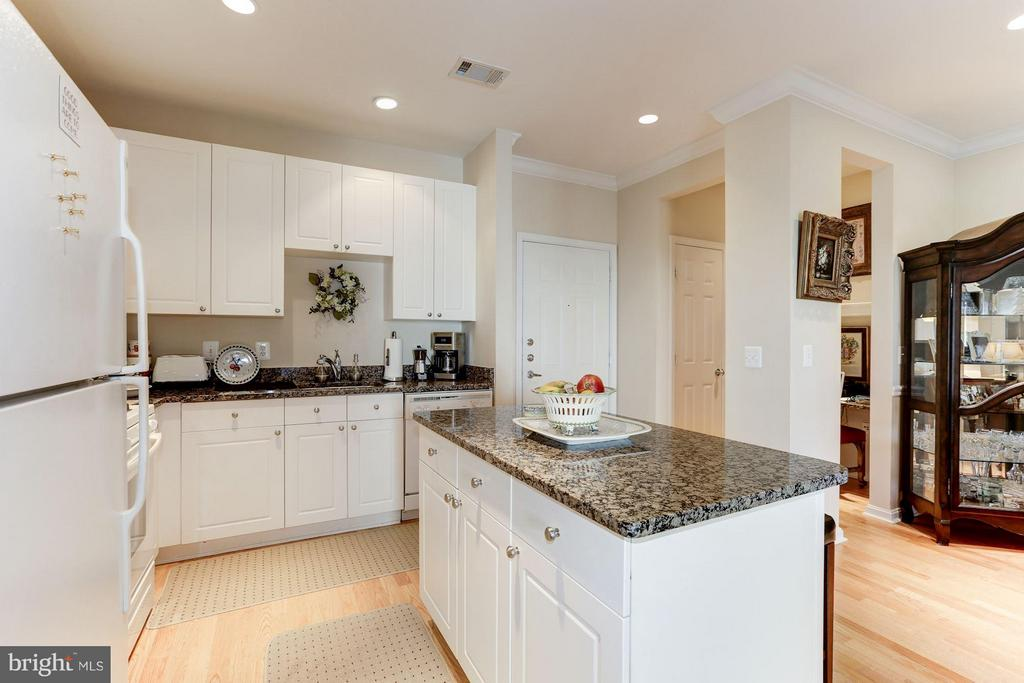 Beautiful kitchen island - 9490 VIRGINIA CENTER BLVD #343, VIENNA