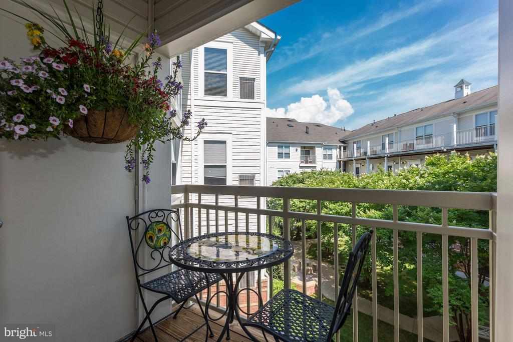 Private balcony with courtyard views! - 9490 VIRGINIA CENTER BLVD #343, VIENNA