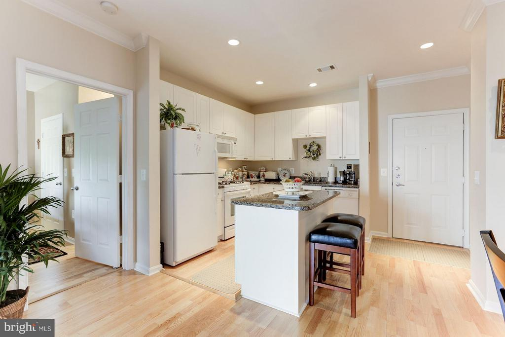 Kitchen and entrance to the unit - 9490 VIRGINIA CENTER BLVD #343, VIENNA