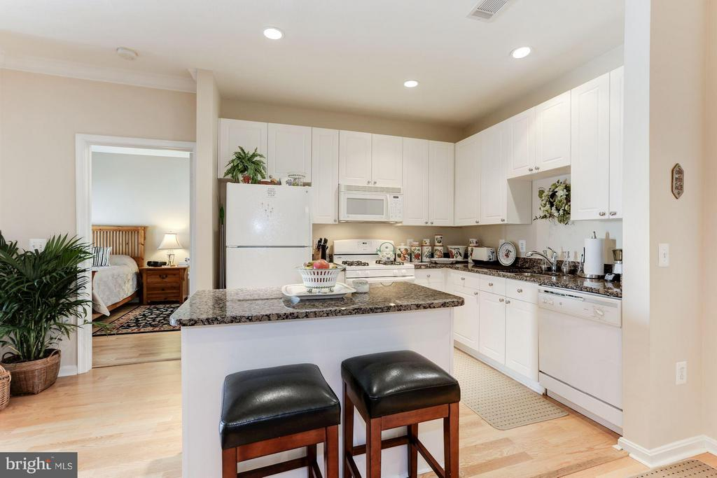 Kitchen layout overlooking the living space - 9490 VIRGINIA CENTER BLVD #343, VIENNA