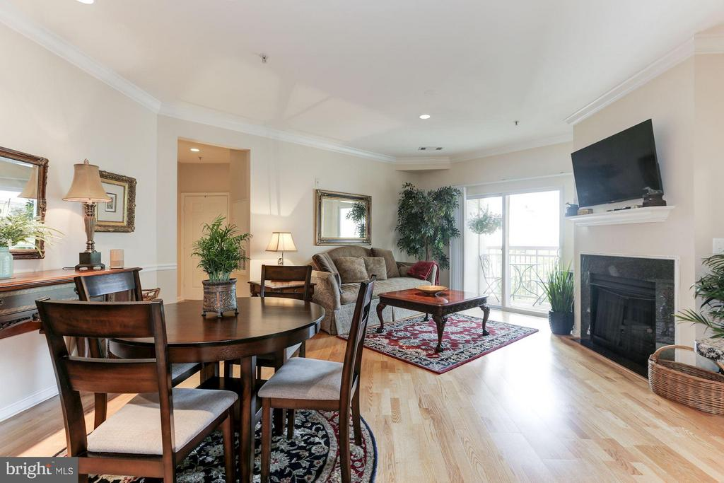Laminate hardwood floors throughout the residence! - 9490 VIRGINIA CENTER BLVD #343, VIENNA