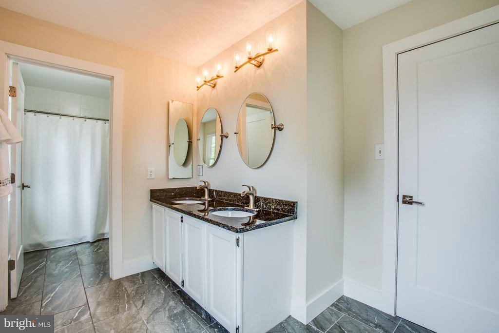 New tile floors and double granite vanity - 8 IDYLWOOD PL, STAFFORD