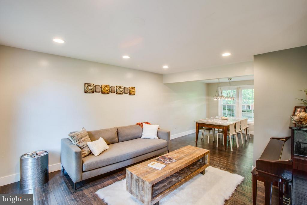 Recessed lighting and upgraded fixtures throughout - 8 IDYLWOOD PL, STAFFORD