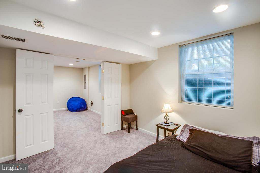 A sixth bedroom on lower level, or... - 8 IDYLWOOD PL, STAFFORD