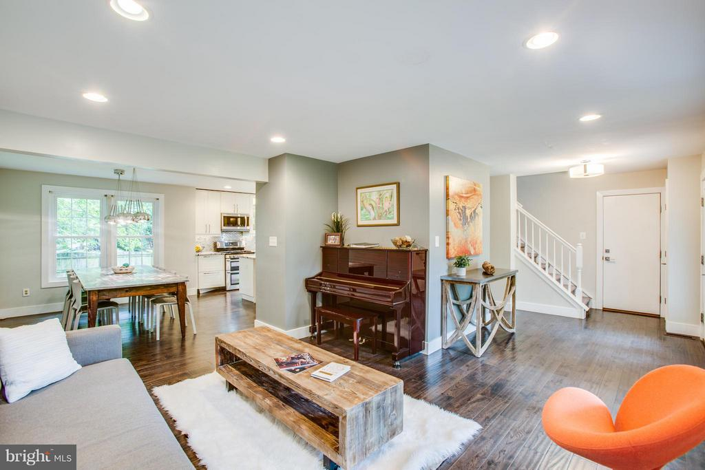 Great open flow through the main level! - 8 IDYLWOOD PL, STAFFORD