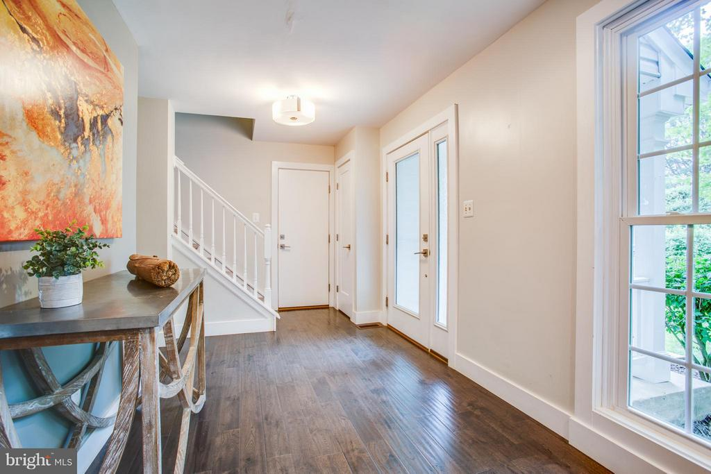 Sleek hardwoods welcome your guests in the foyer - 8 IDYLWOOD PL, STAFFORD