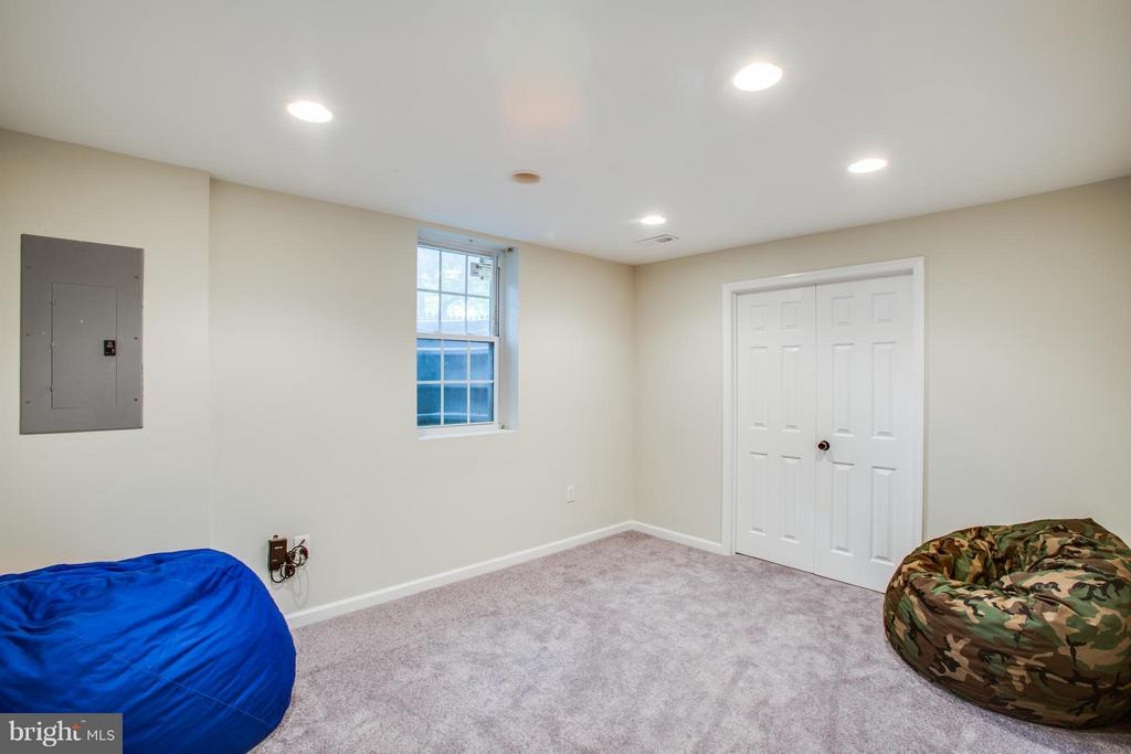 Full window and recessed lighting in fifth bed - 8 IDYLWOOD PL, STAFFORD