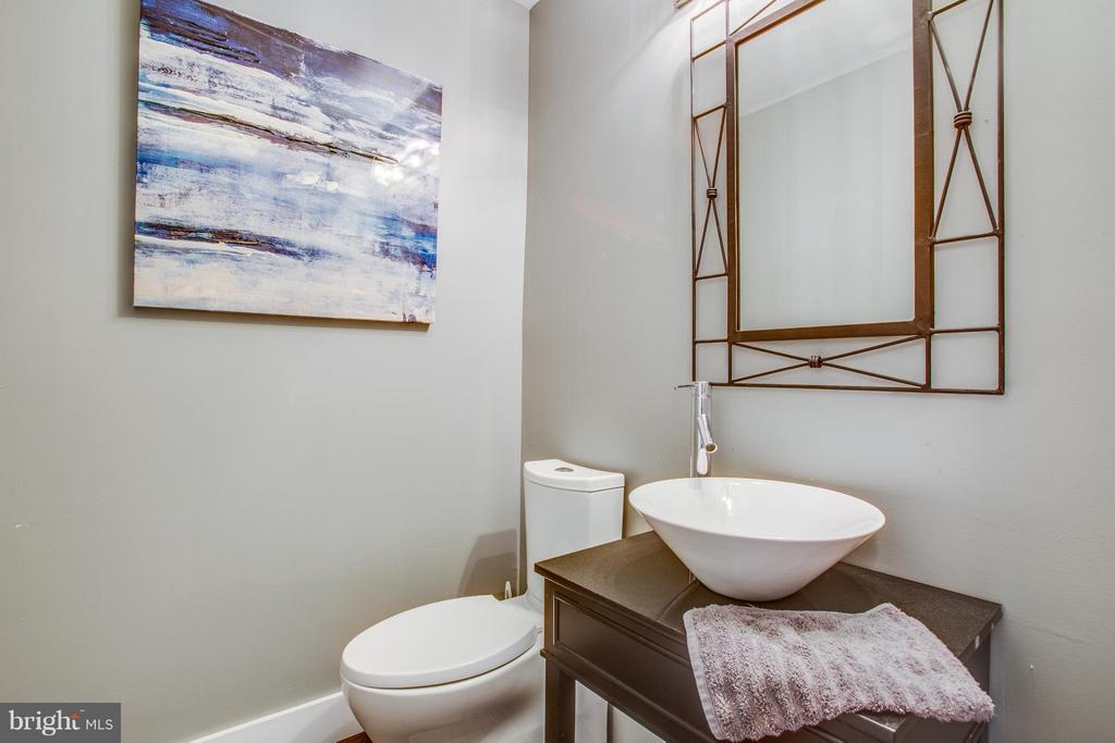 Stylish hall bath completes main level - 8 IDYLWOOD PL, STAFFORD