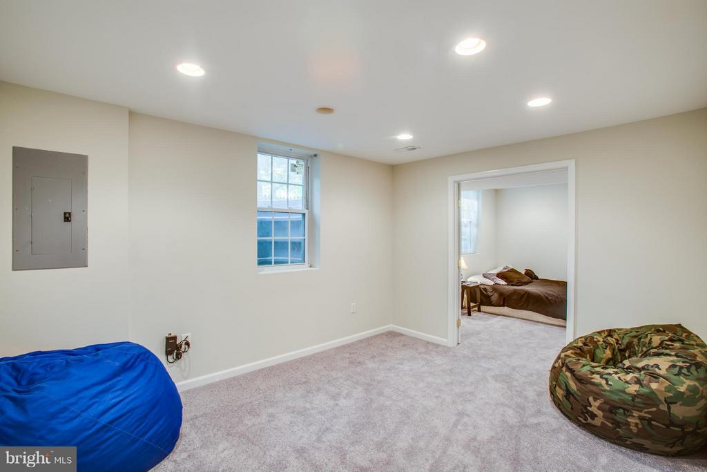Open the doors for extended entertainment space - 8 IDYLWOOD PL, STAFFORD
